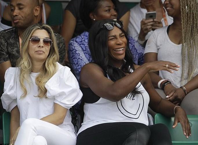 Serena bầu bì đến sân, Roland Garros sốt hôn nhân đồng giới - Ảnh 1.
