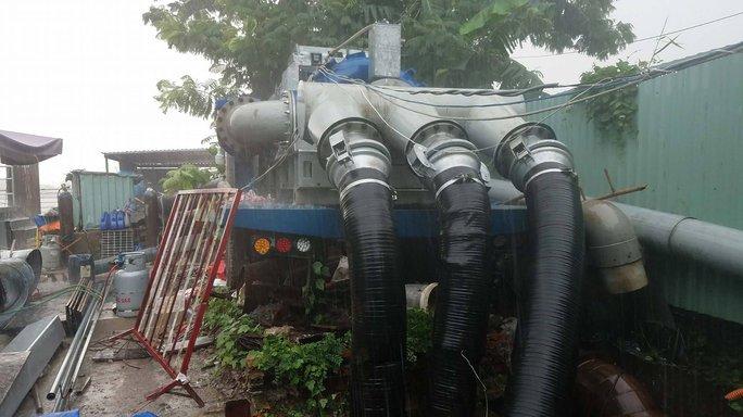 4 máy thay siêu máy bơm chống ngập đường Nguyễn Hữu Cảnh - Ảnh 1.