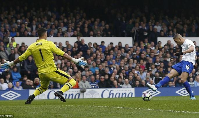 Slimani gỡ hòa cho Leicester