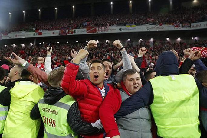 CĐV Spartak Moscow giật sập khung thành mừng đội nhà vô địch - Ảnh 3.