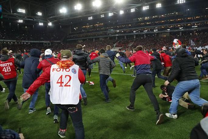 CĐV Spartak Moscow giật sập khung thành mừng đội nhà vô địch - Ảnh 4.