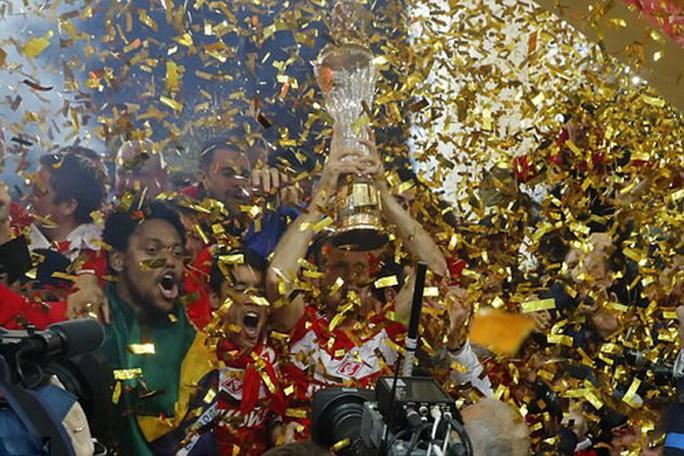 CĐV Spartak Moscow giật sập khung thành mừng đội nhà vô địch - Ảnh 12.