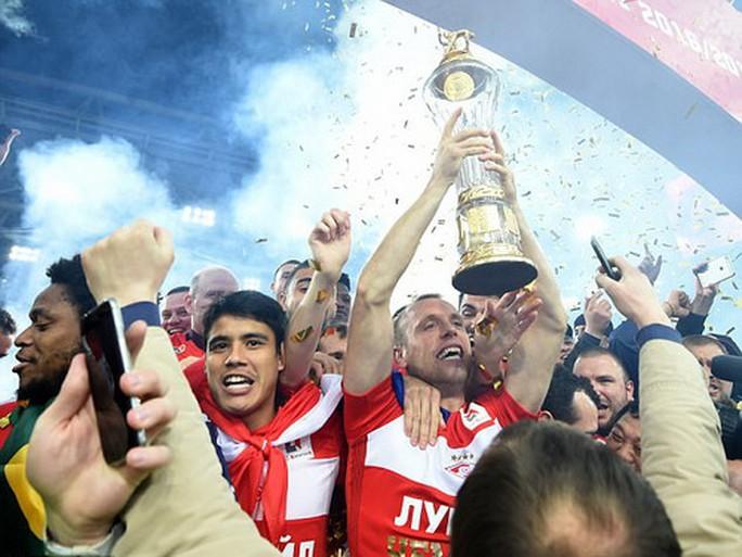 CĐV Spartak Moscow giật sập khung thành mừng đội nhà vô địch - Ảnh 11.