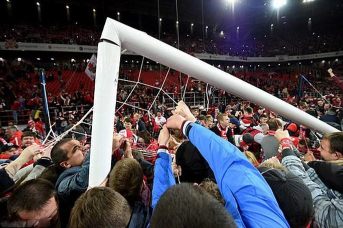 CĐV Spartak Moscow giật sập khung thành mừng đội nhà vô địch - Ảnh 6.