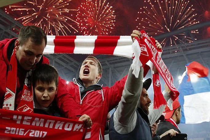 CĐV Spartak Moscow giật sập khung thành mừng đội nhà vô địch - Ảnh 9.