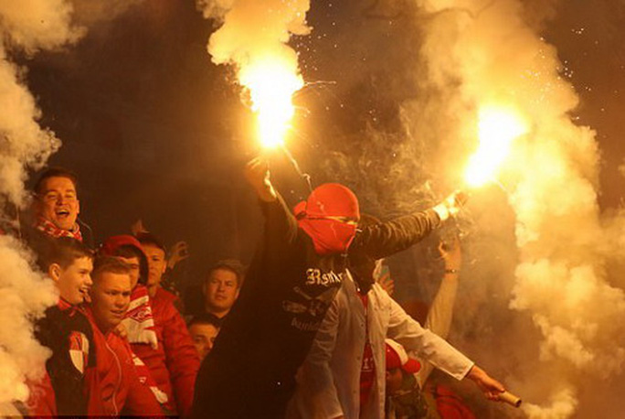 CĐV Spartak Moscow giật sập khung thành mừng đội nhà vô địch - Ảnh 8.