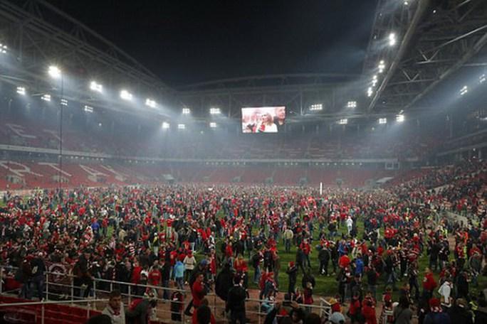 CĐV Spartak Moscow giật sập khung thành mừng đội nhà vô địch - Ảnh 5.