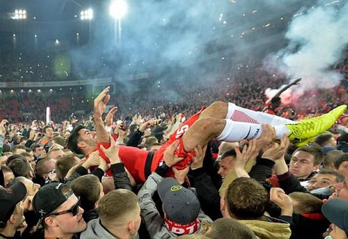 CĐV Spartak Moscow giật sập khung thành mừng đội nhà vô địch - Ảnh 10.
