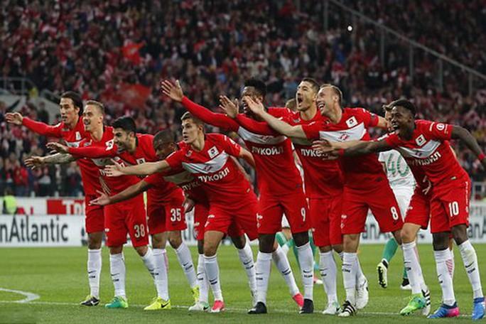 CĐV Spartak Moscow giật sập khung thành mừng đội nhà vô địch - Ảnh 2.