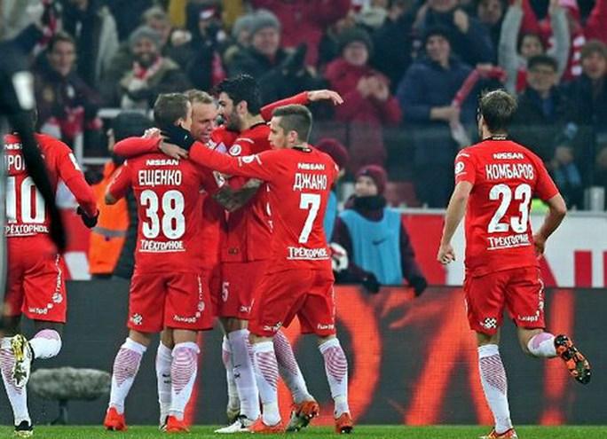 CĐV Spartak Moscow giật sập khung thành mừng đội nhà vô địch - Ảnh 1.