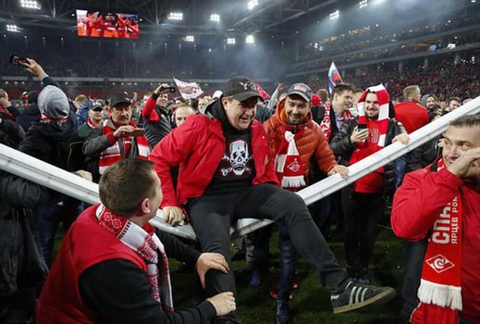CĐV Spartak Moscow giật sập khung thành mừng đội nhà vô địch - Ảnh 7.