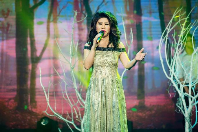 Ca sĩ Sơn Tuyền trình diễn trên sân khấu Hãy nghe tôi hát