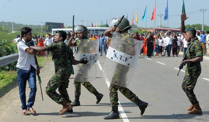 Chỉ trích thỏa thuận với Trung Quốc, bộ trưởng Sri Lanka bị sa thải - Ảnh 2.