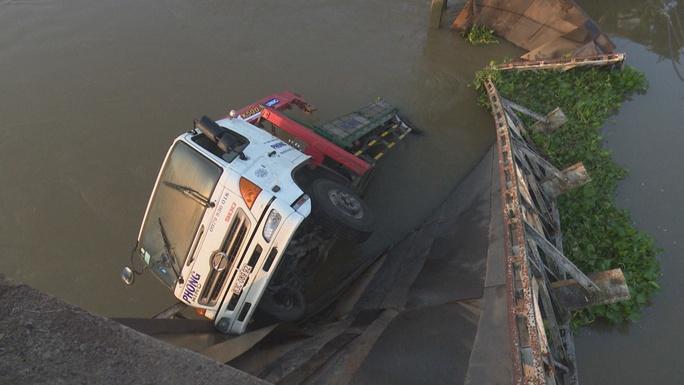 Hiện trường xe tải ép cọc làm sập cầu, rơi xuống sông