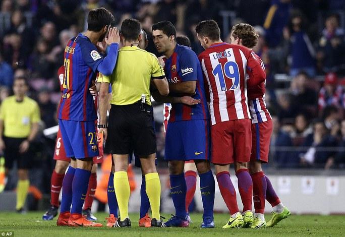 Suarez và đồng đội phản ứng nhưng không thay đổi được quyết định của trọng tài