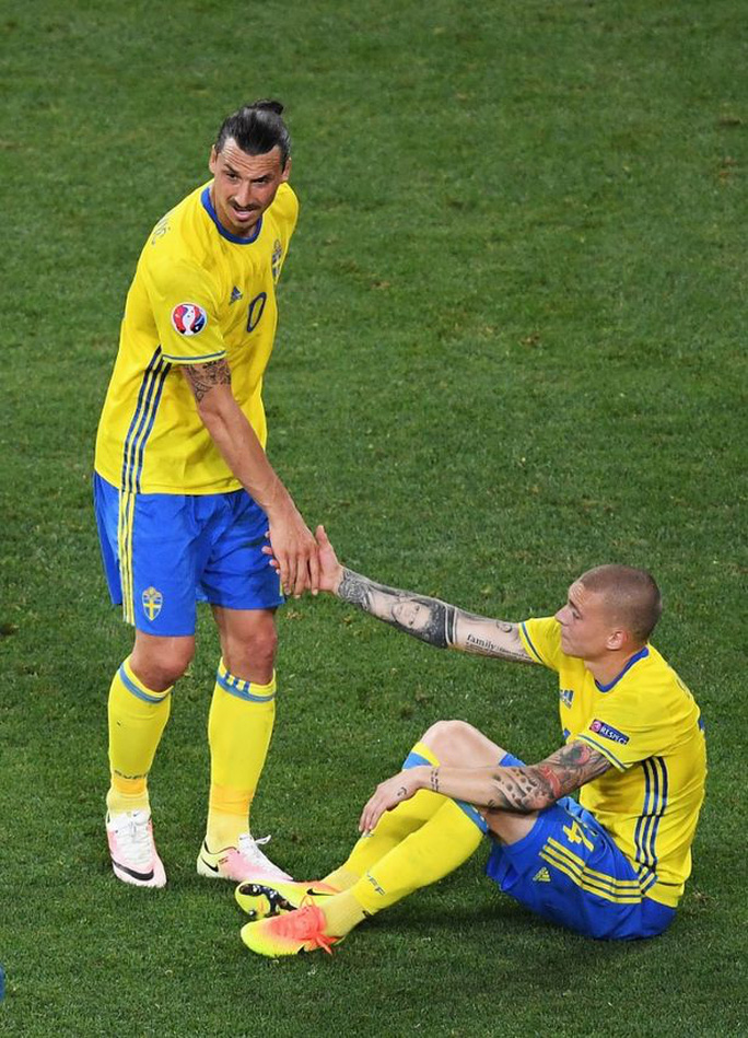 Lindelof kêu gọi Mourinho giữ lại Ibrahimovic - Ảnh 3.