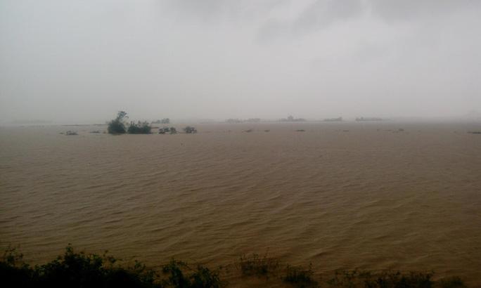 Phú Yên ách tắc, 6 người chết, mất tích vì bão số 12 - Ảnh 14.