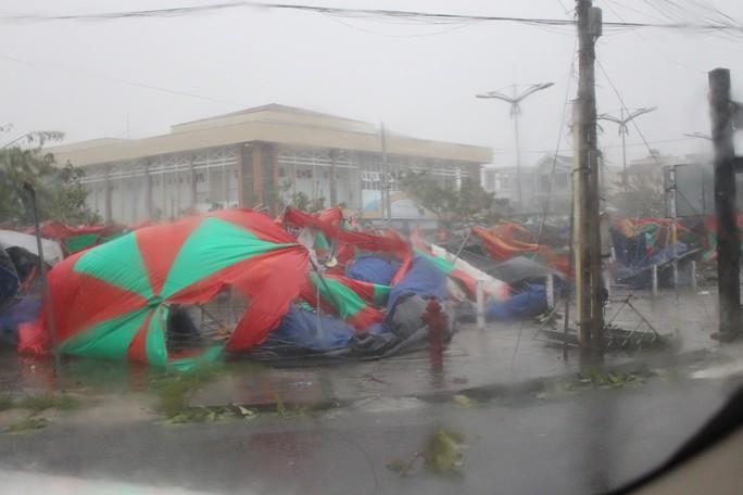 Phú Yên ách tắc, 6 người chết, mất tích vì bão số 12 - Ảnh 6.