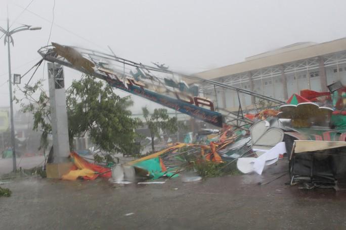Phú Yên ách tắc, 6 người chết, mất tích vì bão số 12 - Ảnh 7.