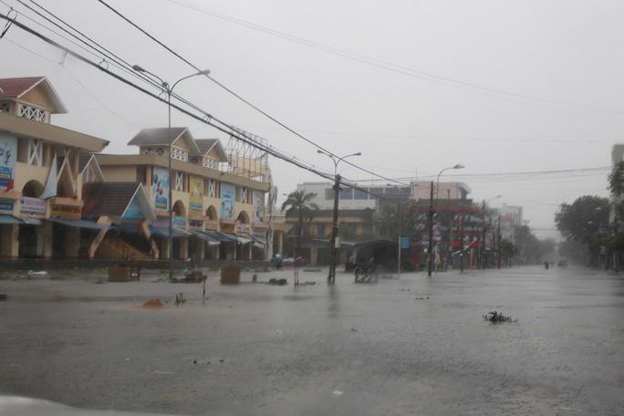 Phú Yên ách tắc, 6 người chết, mất tích vì bão số 12 - Ảnh 10.