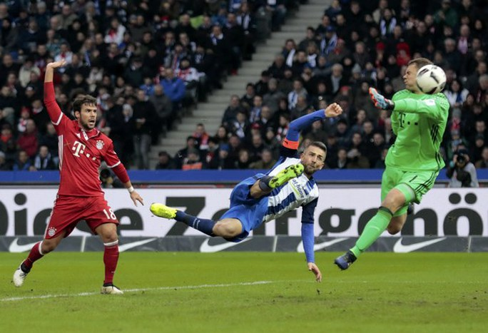 Hertha Berlin đưa bóng vào lưới Neuer lần thứ hai nhưng không được công nhận vì việt vị