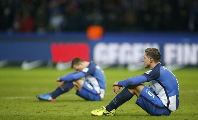 Nỗi buồn của các cầu thủ chủ nhà khi đánh mất chiến thắng ở phút cộng giờ cuối cùng