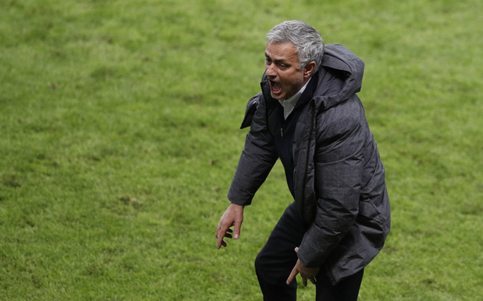 Cận cảnh Mourinho ăn mừng hoang dại với con trai - Ảnh 7.