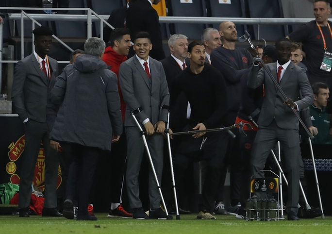 Cận cảnh Mourinho ăn mừng hoang dại với con trai - Ảnh 8.