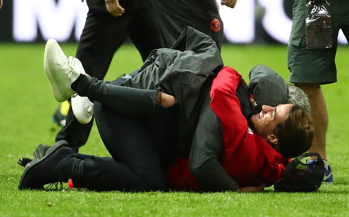 Cận cảnh Mourinho ăn mừng hoang dại với con trai - Ảnh 5.