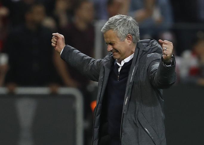 Cận cảnh Mourinho ăn mừng hoang dại với con trai - Ảnh 1.