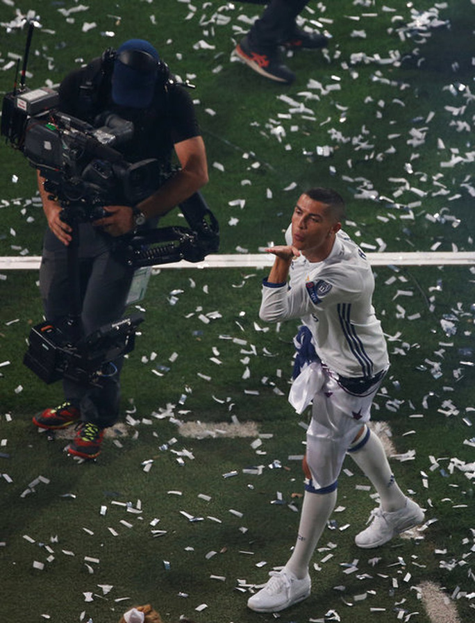 Ronaldo xuống tóc rước cúp cùng Real Madrid - Ảnh 10.
