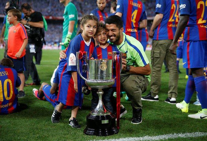 Loạt ảnh con sao Barcelona đáng yêu ở Cúp Nhà vua - Ảnh 8.