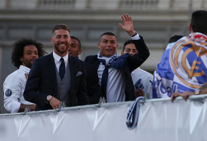 Ronaldo xuống tóc rước cúp cùng Real Madrid - Ảnh 6.