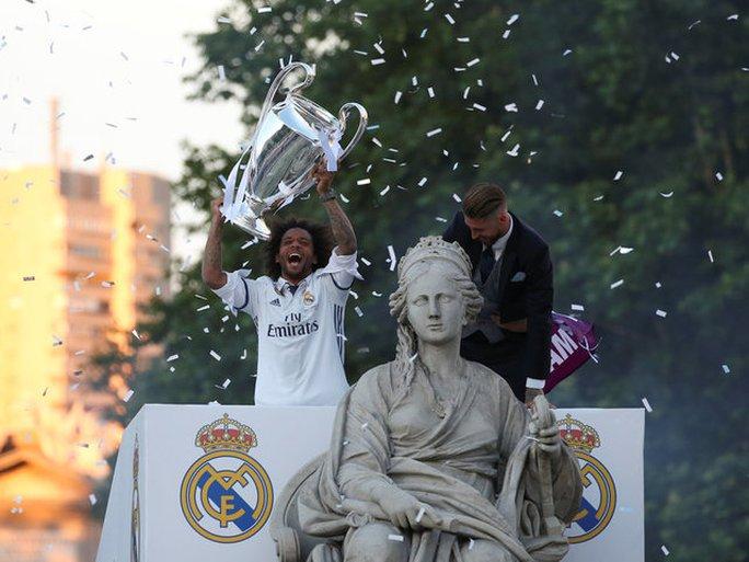 Ronaldo xuống tóc rước cúp cùng Real Madrid - Ảnh 4.