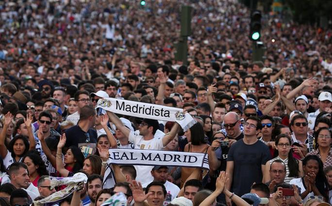 Ronaldo xuống tóc rước cúp cùng Real Madrid - Ảnh 2.