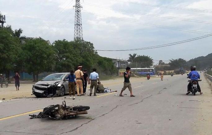 Chạy ngược chiều, người đi xe máy bị ô tô tông tử vong - Ảnh 1.