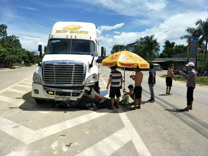 Đổ xăng xong, 2 người chết thảm dưới bánh xe container - Ảnh 1.