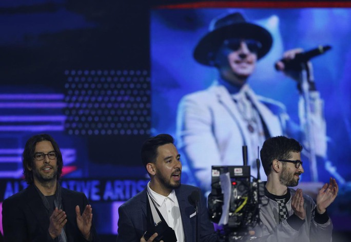 Trái khoáy trên sân khấu Lễ trao giải âm nhạc Mỹ - Ảnh 2.