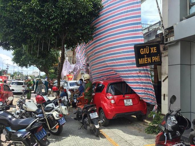 Tóm kẻ đập hàng loạt ô tô của hãng Grab ở Sài Gòn - Ảnh 3.