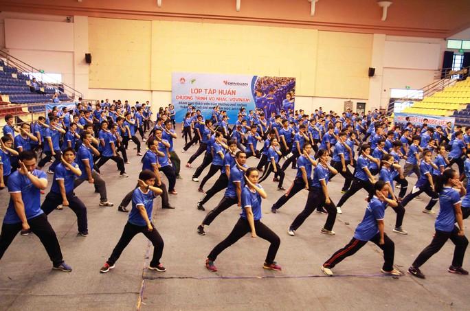 Màn đồng diễn võ nhạc vovinam với gần 500 người - Ảnh 1.