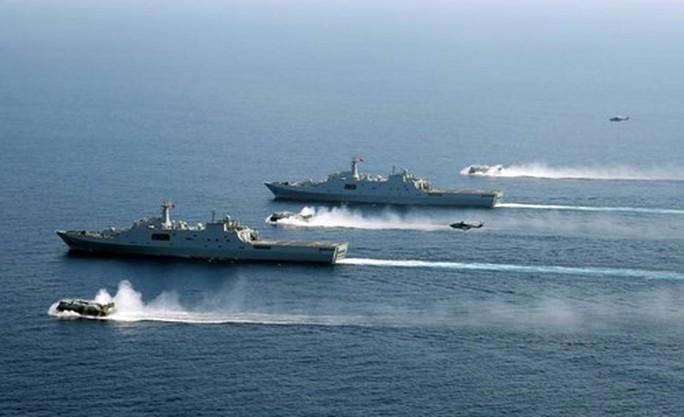 Hình ảnh 2 tàu đổ bộ Trung Quốc Tỉnh Cương Sơn và Côn Lôn Sơn tập trận ở Biển Đông - Ảnh: Global Times.
