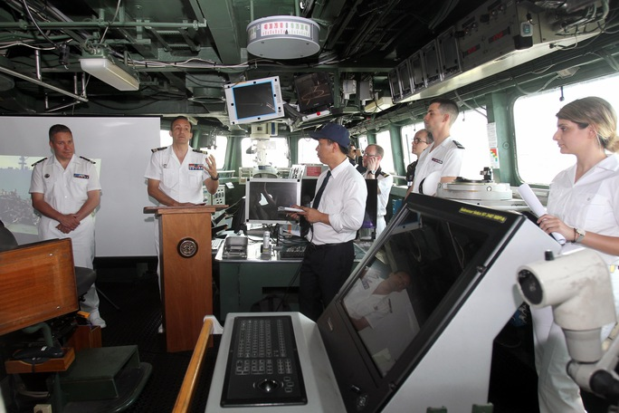 Thuyền trưởng tàu Mistral – Thượng tá Stanislas de Chargeres và thuyền trưởng tàu Courbet - Trung tá Xavier Bagot, trả lời báo giới ngay tại phòng điều khiển của tàu Courbet. Ảnh: Hoàng Triều