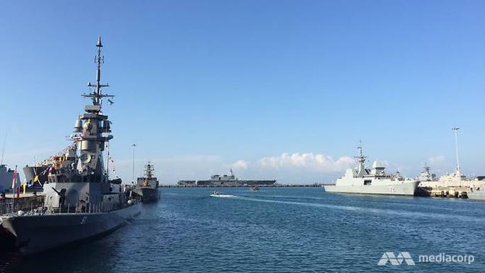 Tàu chiến khắp thế giới đổ về Singapore - Ảnh 1.