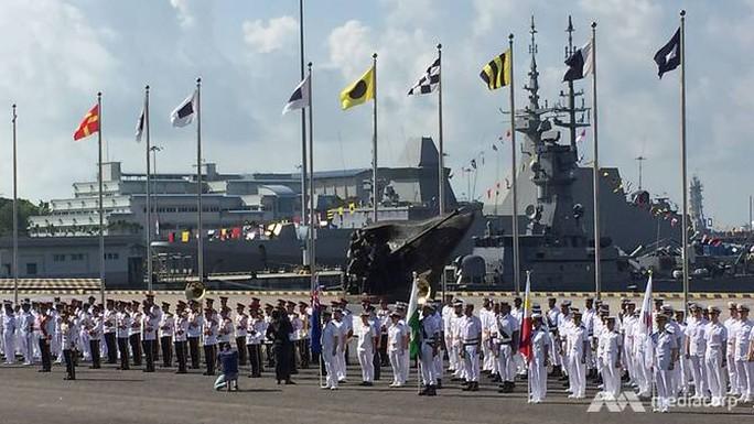 Tàu chiến khắp thế giới đổ về Singapore - Ảnh 7.