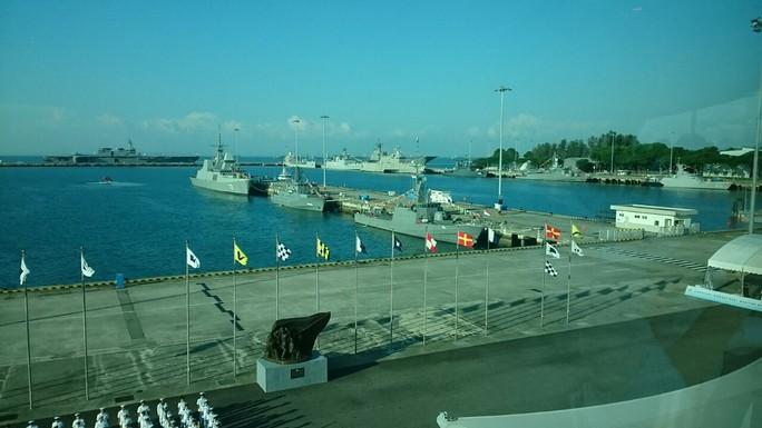 Tàu chiến khắp thế giới đổ về Singapore - Ảnh 4.