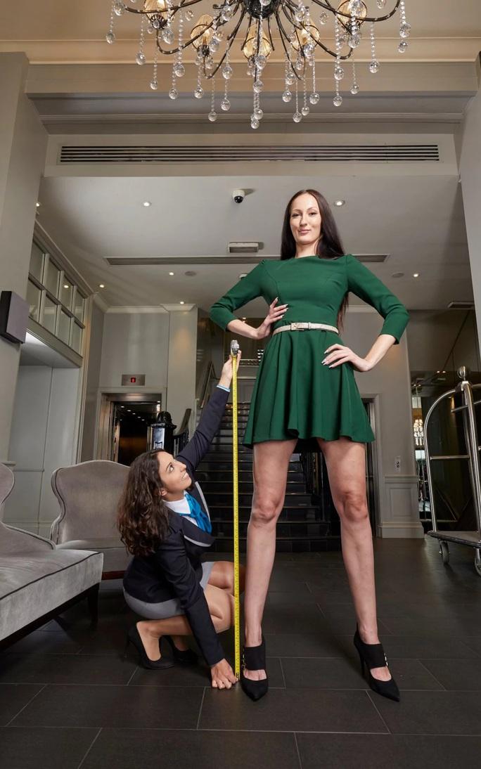 Người mẫu Nga lập kỷ lục chân dài nhất thế giới - Ảnh 2.