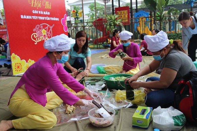 Công nhân quận Thủ Đức, TP HCM nấu bánh chưng, bánh tét