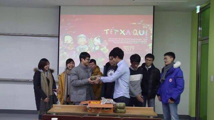 Bánh chưng và giò lụa truyền thống được Hội sinh viên Việt Nam tại Hàn Quốc trao tặng các du học sinh VN tại Hàn.