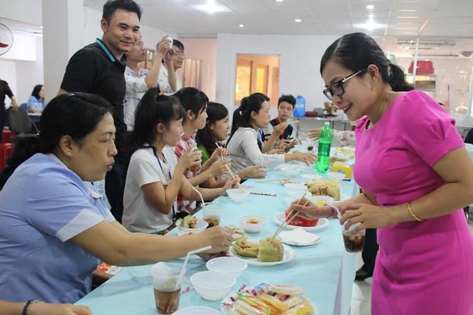Bà Hồ Như Cát Tường, Phó Chủ tịch LĐLĐ quận 1, TP HCM, ăn Tết cùng công nhân không có điều kiện về quê của Công ty CP Thực phẩm Trung Sơn