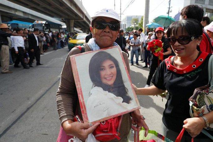 Bà Yingluck đổ bệnh nặng, tòa án Thái Lan phát lệnh bắt - Ảnh 2.